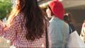 쇼핑 거리를 걷는 여자의 뒷모습 62589626