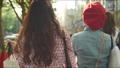 쇼핑 거리를 걷는 여자의 뒷모습 62603064