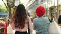 쇼핑 거리를 걷는 여자의 뒷모습 62603065