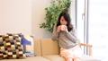 女性 ソファ お茶 携帯電話 会話 62727984