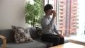 珈琲 コーヒーブレイク 男性 日本人 リビング マンション 不動産 休日 ライフタイム リラックス 62964522