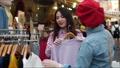 하라주쿠에서 친구와 쇼핑을하는 여성 63341881