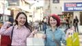쇼핑을 즐기는 여성 63361257