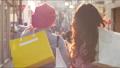 쇼핑을 즐기는 여성의 뒷모습 63361258