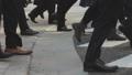 横断歩道を渡るビジネスマン_横向き 63550730