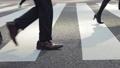 横断歩道を渡るビジネスマン_横向き 63550732