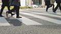 横断歩道を渡るビジネスマン_横向き 63550733