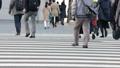 横断歩道を渡る人々 63550904