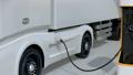 ソーラーパネルが備えている充電ステーションに充電している電動トラックのアニメーション 63693493