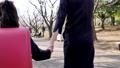 ランドセルを背負って歩く小学校一年生の女の子 63759676