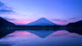 夜明けの富士山と精進湖 64334852