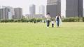 手を繋いで屋外を散歩する親子(新しい生活様式イメージ) 66250894