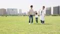 手を繋いで屋外を散歩する親子(新しい生活様式イメージ) 66250896