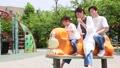 公園で遊ぶ親子 66250904