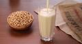 グラスに豆乳を注ぐシーン 66607505