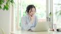 年輕女子在客廳裡有收入的網絡會議 66736026