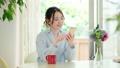 在客廳中使用智能手機的年輕女子 66736438