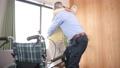 護理老年夫婦輪椅形象 66802753