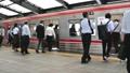 """코로나 바이러스 감염 비상 사태 선언 해제 후 오사카의 통근 풍경 6 월 """"아웃 포커스"""" 66924776"""