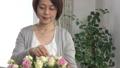 花瓶に花を生けるシニア女性、10秒編集 67677825