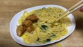 冷凍食品のカルボナーラと唐揚げを食べる。庶民の暮らしと食生活 68025902