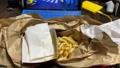 テレワークのお昼ご飯にテイクアウトのハンバーガーとフライドポテトをムシャムシャ食べる。Withコロナ 68029584