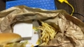 テレワークのお昼ご飯にテイクアウトのハンバーガーとフライドポテトをムシャムシャ食べる。Withコロナ 68029586