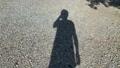 地面のスマホで写真を撮る男性本人のシルエット写真・画像素材 68142528