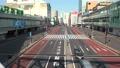 日本 東京 新宿駅 週末 昼間 外出自粛で閑散とした街 新型コロナウイルス 緊急事態宣言 68186085