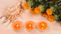 木のテーブルの上の紅花と貝殻とキャンドル 68269692
