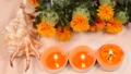 木のテーブルの上の紅花と貝殻とキャンドル 68269694