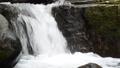 岩の段差を落ちる渓流 68375398