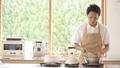 料理をする男性 68414718
