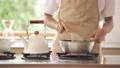 料理をする男性 68414719