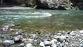 夏日風景一條河流流經山 68497306
