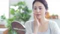 鏡を見る女性 美容イメージ スキンケア ボディケア エステサロン 68525628