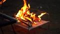 キャンプでの焚き火_スローモーション 68729070