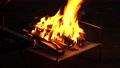 キャンプでの焚き火 68729116