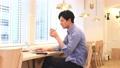 業務一個年輕人在一個共享的辦公室工作 68750713