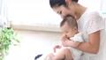 家庭媽媽抱著一個嬰兒 68750715