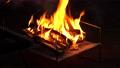 キャンプでの焚き火 68886193