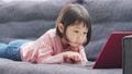 パソコンを見る女の子 69043639