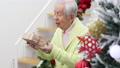 老年人得到聖誕節禮物(移動攝影) 69279888