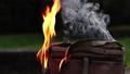 屋外で燃えているバックの炎 69294053