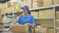 倉庫で働く運送業の女性スタッフ 69925957