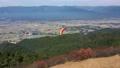 空撮4K パラグライダーで熊本県球磨川流域に広がる田園へとフライト 69989121