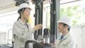 フォークリフトを運転する女性作業員 70053238