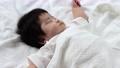 寝てる生後2ヶ月の赤ちゃん 70079728