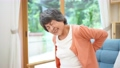 腰が痛いシニア女性 70348012