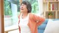 腰が痛いシニア女性 70358796